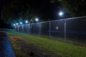 Senstar LM100™ - Die integrierte Lösung für Detektion und Beleuchtung im Perimeter